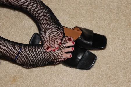 25pc_red-toes-in-thru-stockings-over-shoes_DeeStkg0003