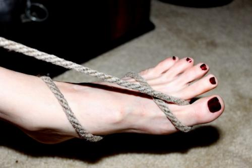 35pc_left-dark-red-toed-bft-wrapped-in-rope_TFP3_022418_Luna0094