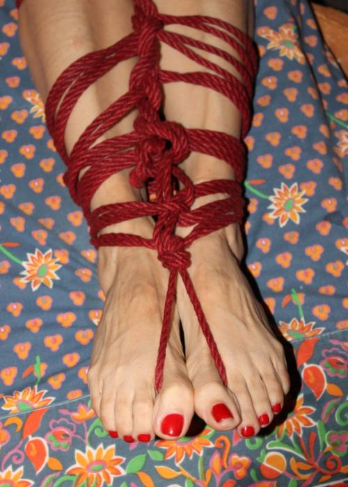 Legs-big-red-toes-tied-in-dark-red-rope-20pc_LisaLeezaTFP5-0003