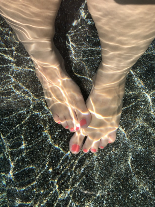 pink toes in the pool